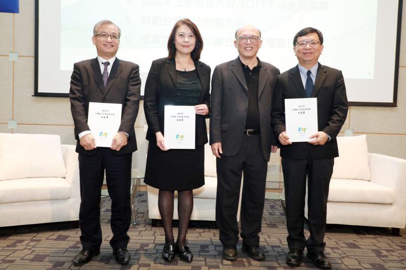 台灣OTT協會錢大衛理事長遞交白皮書給NCC詹婷怡主委(左二)、文化部李連權次長(右一)、智慧局毛浩吉組長(左一)