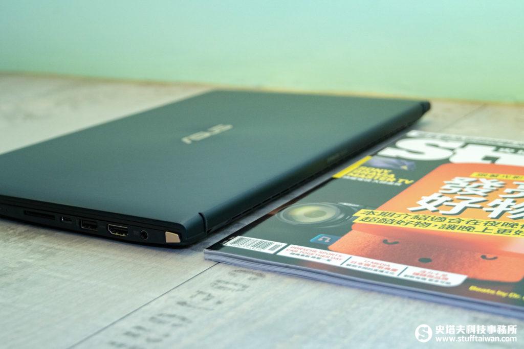 ZenBook 15 UX533與雜誌厚度比較