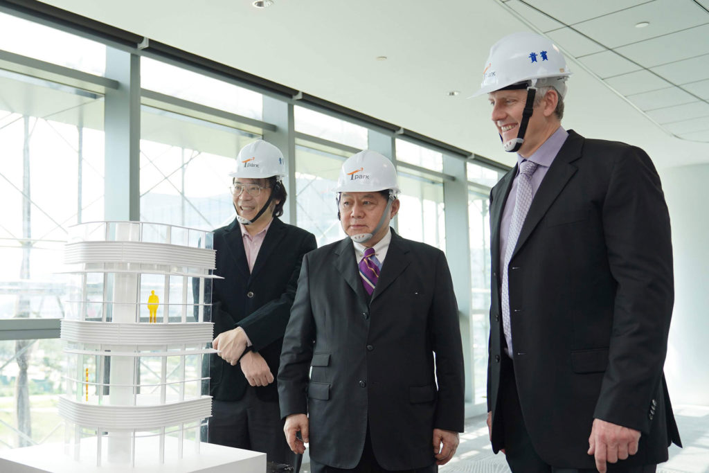 Google裝置與服務資深副總裁Rick Osterloh(右)、Google台灣董事總經理簡立峰(左)到訪Tpark,遠東集團徐旭東董事長(中)