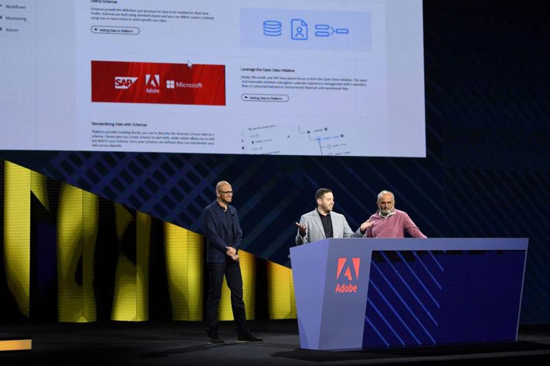 Adobe總裁暨執行長Shantanu Narayen(右)與Microsoft執行長Satya Nadella(左)