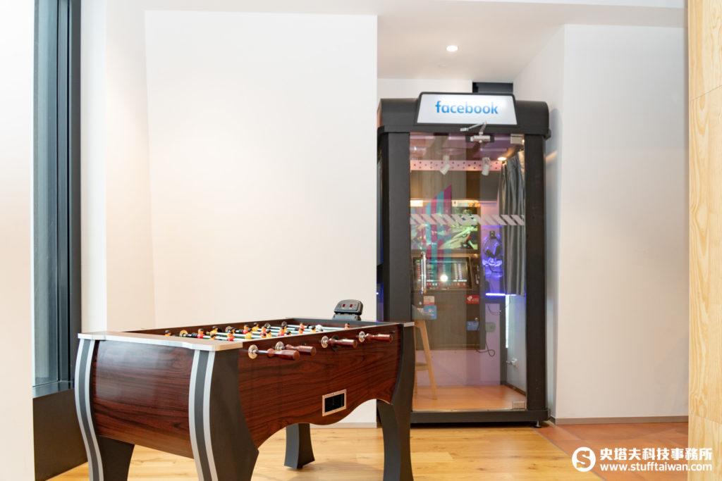 Facebook辦公室的足球桌和迷你電話亭KTV