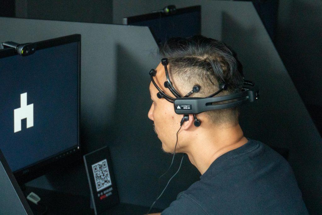 腦波測試設備戴起來的樣子