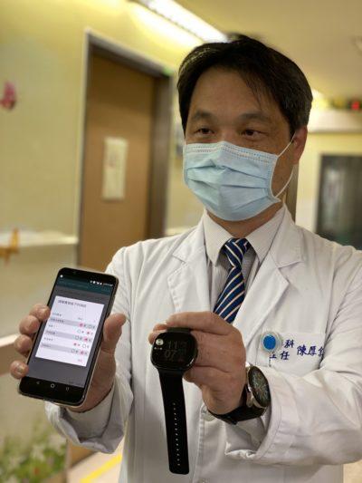 署立桃園醫院副院長展示結合ASUS ZenFone Max Pro與ASUS VivoWatch的智慧防疫解決方案。